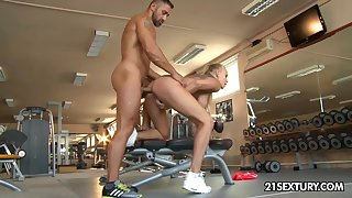 Fitness chick Kayla Green gets her anus fucked in the gym