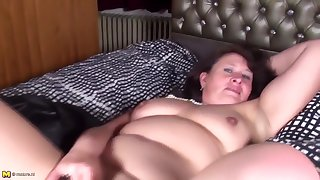 Natural mature woman and wife feeding her old cunt