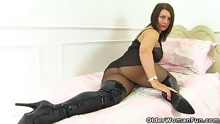 UK milf Nicole DuPapillon and her undying fanny flaps