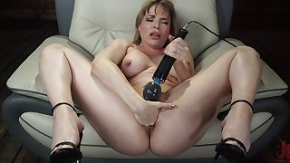 Matured toys pussy and uses enjoyment from machine be useful to her parsimonious ass